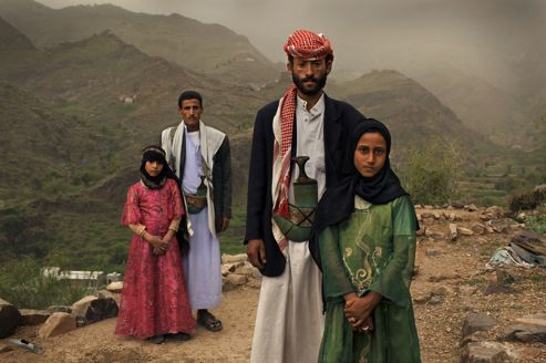 Deux amies de classe de 8 ans et leur maris en 2010 à Hajjah, au Yemen