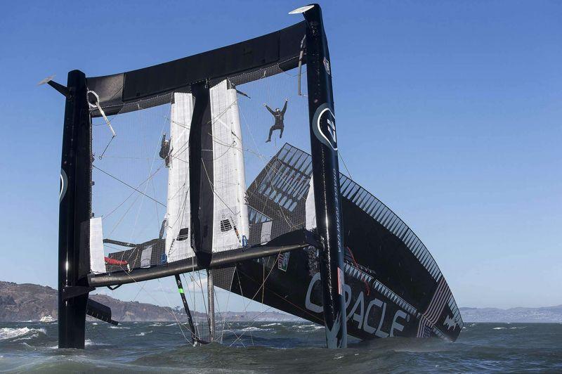 <strong>Spectaculaire</strong>. L'AC72 du defender de la 34eCoupe de l'America, «Oracle Team USA», a chaviré mardi au pied du Golden Gate Bridge dans la baie de San Francisco, au cours d'une sortie d'entraînement. L'équipage du grand multicoque est indemne mais le bateau est très endommagé. A moins d'un an de la prochaine Coupe de l'America (septembre 2013), le coup est très dur pour l'équipe américaine, qui avait déjà connu une avarie sérieuse lors de la toute première sortie du catamaran. Les conditions étaient musclées (25 noeuds) avec des rafales formant un fort clapot à cause d'un coefficient de marée très important. Tandis que l'équipage manoeuvrait le catamaran au vent arrière, l'avant du bateau a plongé pour ensuite se retourner. «Nous avons fait quelque chose que nous espérions ne jamais connaître, chavirer sur un AC72, a commenté le skipper australien d'Oracle, James Spithill. Le plus important est que l'équipage soit en sécurité et qu'on ne déplore aucun blessé. Le plus important maintenant est de remettre le bateau à l'eau.»