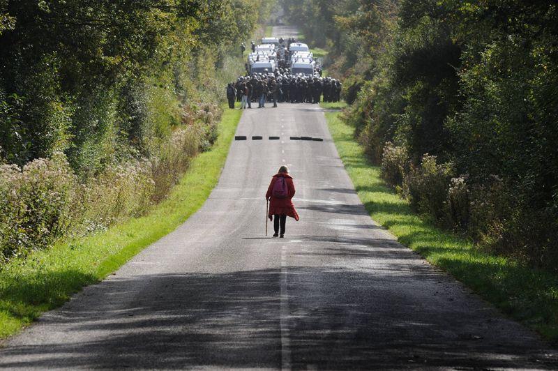 <strong>Tensions</strong>. Au lendemain de l'évacuation de 150 opposants squatters de onze sites occupés illégalement, une première destruction de maison sur le site du projet d'aéroport de Notre-Dame-des-Landes, au nord de Nantes, a débuté mercredi. Un bulldozer a commencé à détruire une ferme appelée «Les planchettes», tandis qu'un important convoi de forces de l'ordre en sécurisait les abords. Celles-ci ont également mis en place des barrages pour limiter l'accès des habitants au périmètre. Ce projet d'aéroport, destiné à remplacer en 2017 l'actuel aéroport de Nantes Atlantique, a été déclaré d'utilité publique par l'Etat et soutenu par les collectivités locales socialistes,il est cependant contesté sur place par les agriculteurs et les anarchistes venus s'y installer.