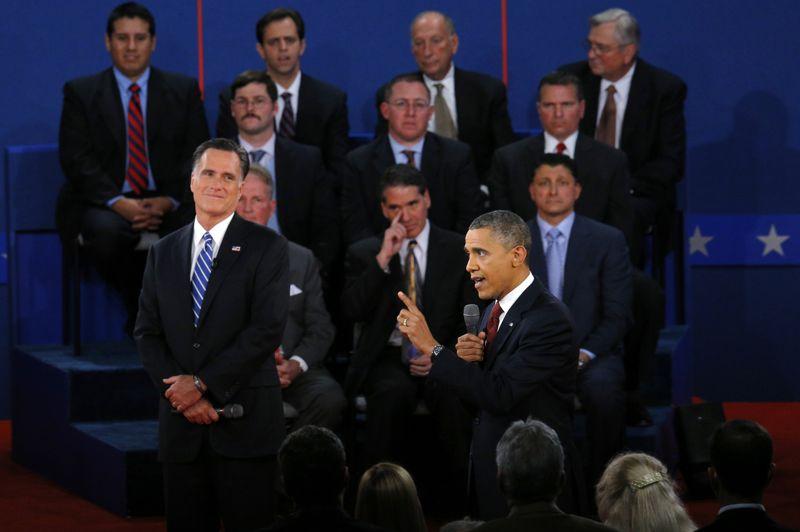 <strong>Second round</strong>. Barack Obama était attendu. Après la débâcle de Denver, il s'est montré beaucoup plus combatif lors du deuxième débat mardi soir face à son rival républicain Mitt Romney. Il lui a notamment reproché de politiser l'attaque meurtrière de Benghazi, en Libye, et d'être le candidat des riches. L'attitude du président sortant lui vaut d'être considéré comme le vainqueur du débat, selon un sondage réalisé par CNN aussitôt après: 46% des électeurs sondés donnent la victoire à Obama contre 39% à Mitt Romney. Mercredi, Obama et Romney sont immédiatement repartis en campagne, le premier dans l'Iowa (centre) et l'Ohio (nord), le deuxième en Virginie (est) avant un dernier débat est prévu en Floride (sud-est) lundi.