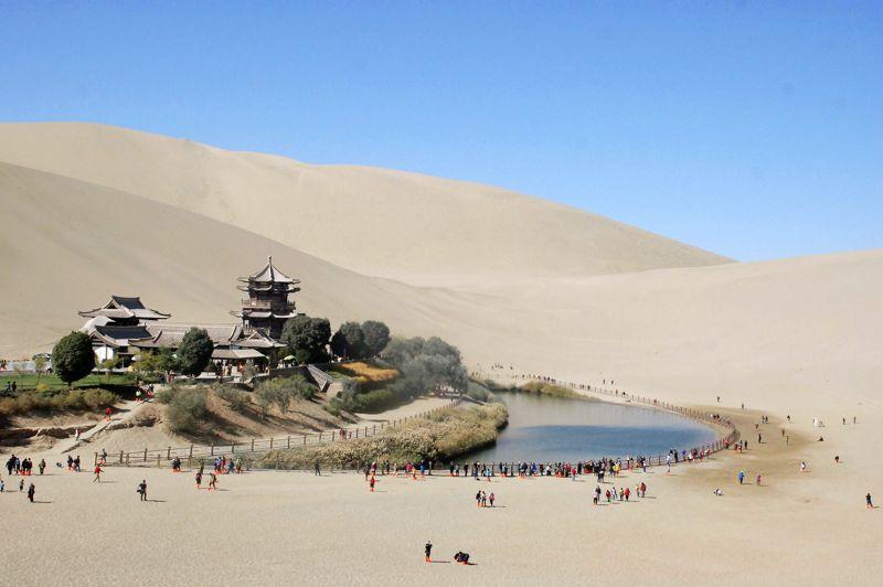 <strong>D'eau et de sable</strong>.Comme chaque semaine ou presque, des centaines de touristes se sont pressés autour du célèbre lac du Croissant de lune, près de la ville chinoise de Dunhuang, au nord ouest de la province du Gansu. Surplombé par les dunes de Mingsha, le petit lac est devenu une attraction très populaire. Ancienne étape de la route de la soie, Dunhuang abrite encore de nombreux trésors, à l'image des grottes de Mogao où ont été découverts de magnifiques peintures murales, de très nombreuses statues, dont unbouddha de 35mètres de haut, et de précieux manuscrits anciens. Rassemblés et étudiés par le linguiste français Paul Pelliot, un grand nombre d'objets trouvés dans les grottes sont aujourd'hui conservés au musée Guimet, à Paris.