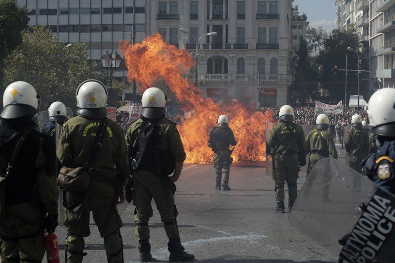 <strong>Dans la rue</strong>. La Grèce est de nouveau paralysée. Pour la 4ème fois cette année, les syndicats ont appelé à la grève générale pour protester contre l'austérité imposée, le jour où se réunissent à Bruxelles les dirigeants européens, membres de la troika (comprenant Union européenne, Banque centrale européenne et Fonds monétaire international) des bailleurs de fonds de la Grèce. Des manifestants ont commencé à défiler sur la place Syntagma, en face du Parlement, alors que les services publics et les transports étaient fortement perturbés. Des centaines de jeunes grecs ont attaqué la police à l'aide de boules imbibées d'essence, de bouteilles et de morceaux de marbre. La Grèce, qui traverse sa cinquième année de récession consécutive, a demandé deux ans supplémentaires à ses partenaires pour mener à bien les réformes et réduire ses déficits.