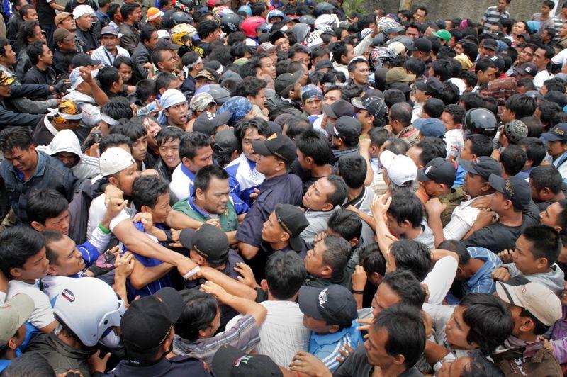 <strong>En colère</strong>. A Tangerang, la banlieue industrielle de la capitale indonésienne, on licencie à tour de bras. Ce jeudi, plus de 1300 salariés de l'usine Panarub Dwikarya, près de Jakarta, qui fabrique des chaussures pour Adidas, ont violemment protesté contre leur licenciement. Les anciens employés réclament d'être réintégrés, dénonçant leur licenciement, intervenu en juillet, juste après avoir fait une grève pour réclamer l'alignement de leur paie sur l'augmentation légale du salaire minimum. L'industrie du sport a montré ces derniers mois et en particulier en Indonésie, une réelle volonté d'enfin respecter les droits des travailleurs. Mais ces derniers ne sont pas au bout de leurs efforts: de graves violations de leurs droits se perpétuent encore de manière systémique.