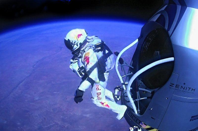 <strong>Défi ultime.</strong> Il l'a fait! L'Autrichien Felix Baumgartner est devenu le premier homme à franchir le mur du son en chute libre après s'être élancé d'une capsule à plus de 39 045 m d'altitude, dans le ciel du Nouveau-Mexique. Il est parti ce dimanche depuis la base de Roswell à bord d'une capsule attachée à un immense ballon gonflé d'hélium. L'ascension a duré plus de deux heures et demie, avant que l'ancien militaire ne se jette dans le vide. Après quelques secondes, le parachutiste très expérimenté, âgé de 43 ans, a dépassé la vitesse de 1342 kilomètres par heure, soit 1,24 fois la vitesse du son. L'aventurier est resté en chute libre pendant quatre minutes et 20 secondes avant l'ouverture de son parachute. Le saut dans son ensemble a duré un peu plus de neuf minutes. «Je sais que le monde entier est en train de regarder et j'aimerais que vous voyiez ce que je vois... Parfois il faut monter très haut pour comprendre à quel point on est petit», a-t-il lancé.