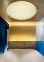Une chambre de l'Hôtel O, aux allures de cabine de vaisseau spatial.