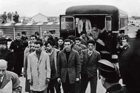 À l'aéroport d'Orly, l'expulsion d'un groupe d'Algériens ayant participé à la manifestation deux jours auparavant.