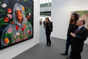Le collectionneur français Jacques-Antoine Grandjon, l'un des fondateurs de la société vente-privée.com devant une toile de l'Américain Kehinde Wiley vendu 135.000 euros chez le galeriste Daniel Templon, à sa gauche.