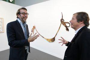 Le collectionneur et conseiller Patrick Letovsky et le galeriste Jérôme de Noirmont, sur son stand devant le «Bikini» de Jeff Koons.