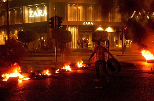 Après l'annonce de la mort du général Wissam al-Hassan, des hommes ont brûlé des pneus et coupé des routes, dans certaines localités.