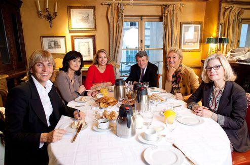 Jean-Louis Borloo, qui veut donner l'image d'une classe politique renouvelée, rencontre des femmes parlementaires de l'UDI au restaurant Le Procope.