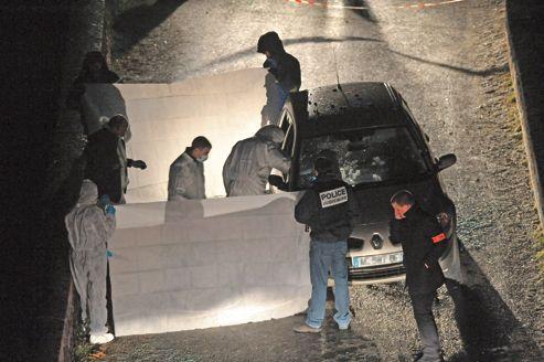Des enquêteurs de la police judiciaire relèvent des indices, le 18 février 2011 à Corscia dans le centre de la Corse, autour d'un véhicule dans lequel deux individus ont été tués par balles dans un guet-apens.