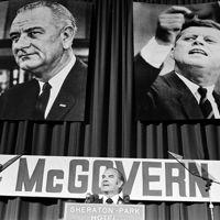 McGovern, entouré des portraits de Johnson et Kennedy, durant la présidentielle de 1972.