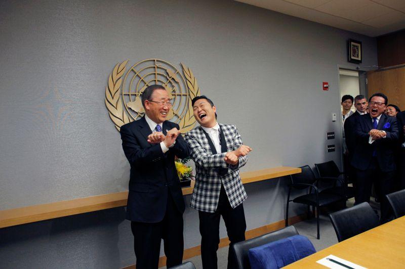 <strong>Pandémie de Psy</strong>. Un succès «made in Internet»… Le chanteur Psy, auteur du clip «Gangnam Style» (500 millions de vues sur Youtube en quelques mois) apprend ses désormais célèbre pas de danse au Secrétaire général des Nations Unies, Ban Ki-moon. Le même jour, il avait également reçu l'australien Felix Baumgartner, quelques jours après son saut chute libre depuis la stratosphère, à 39 000 mètres de hauteur.