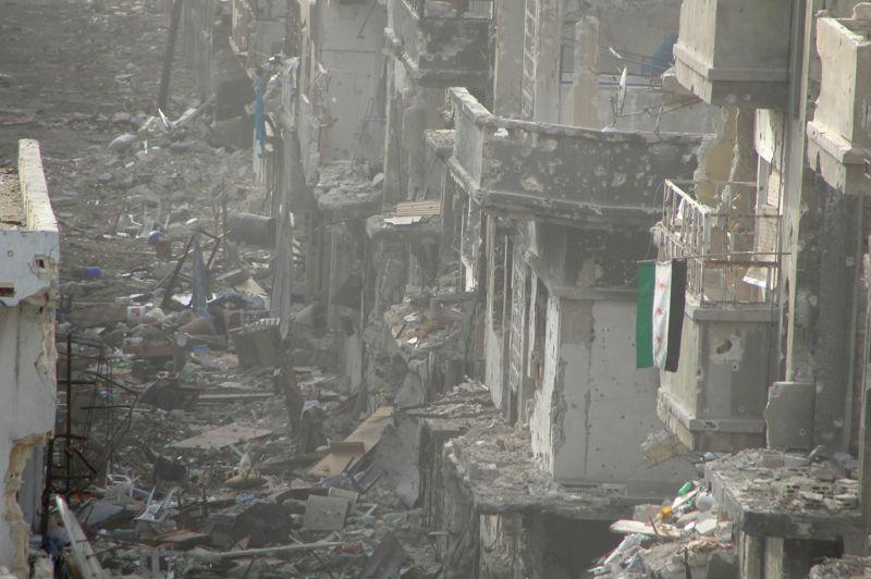<strong>En ruine</strong>. Un drapeau de l'opposition syrienne flotte au-dessus d'une rue entièrement détruite de la ville d'Homs, en Syrie. Le médiateur de l'ONU et de la Ligue Arabe, Lakhdar Brahimi, a estimé mercredi devant le Conseil de sécurité qu'un cessez le feu en Syrie serait «un petit pas». Il a ensuite alerté sur les risques d'une extension du conflit aux pays voisins.