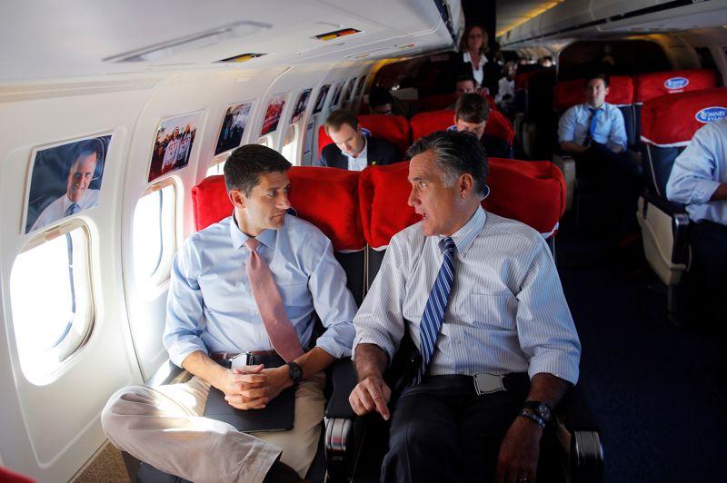 <strong>J-14</strong>. Le candidat républicain à la présidence des Etats-Unis Mitt Romney et son colistier Paul Ryan à bord de son avion de campagne. Au-dessus des hublots, des photos retracent le long chemin parcouru. Après un 3e débat télévisé avec Barack Obama où Mitt Romney est resté prudent sur le terrain de la politique étrangère, les sondages annoncent les deux candidats au coude à coude. L'élection se jouera dans des états «clefs» comme l'Ohio.