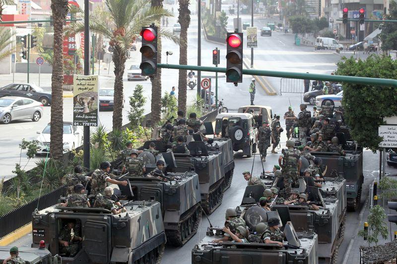 <strong>En crise</strong>. L'armée libanaise prévient qu'elle sera intraitable sur la sécurité, au lendemain des obsèques à Beyrouth de Wissam al Hassan, chef des Forces de sécurité intérieure et bête noire des Syriens, assassiné dans un attentat vendredi. Des échanges de tirs avaient opposé, ce lundi dans un quartier sunnite de Beyrouth, des militaires et des hommes armés se réclamant de l'ancien Premier ministre sunnite Saad Hariri. «Nous sommes décidés à réprimer toute atteinte à la sécurité et à préserver la paix civile» a affirmé hier l'armée alors que le pays semble une nouvelle fois sombrer dans la violence. Elle a en outre, appelé «toutes les forces politiques à être circonspectes dans l'expression de leurs positions et de leurs idées (...) car le destin du pays est en jeu».