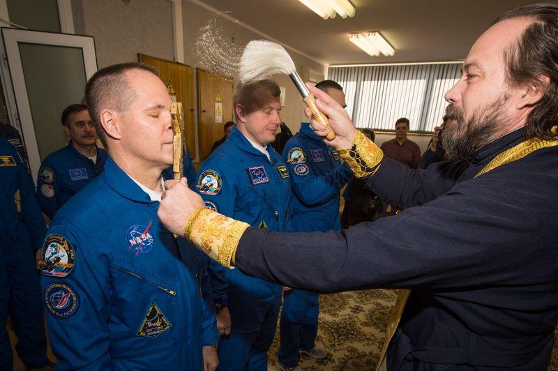 <strong>Réussi</strong>. L'aventure commence pour les Russes Oleg Novitski, Evgueni Tarelkine et l'Américain Kevin Ford! Une fusée russe Soyouz a décollé mardi du cosmodrome de Baïkonour, dans les steppes du Kazakhstan, avec à son bord le trio de spationautes, partis rejoindre la Station spatiale internationale jusqu'en mars 2013. Les trois hommes vont retrouver leurs trois compères: l'Américaine Sunita Williams, le Japonais Akihiko Hoshide et le Russe Yuri qui reviendront bientôt sur Terre. Comme pour chaque vol, de nombreuses traditions ont été observées avant le décollage, des traditions qui se perpétuent depuis l'époque de Youri Gagarine. Parmi celles-ci, la bénédiction de l'équipage et de la fusée par un prêtre orthodoxe. La Russie est désormais le seul pays capable d'acheminer des astronautes vers l'ISS, depuis la mise au rebut à l'été 2011 de la dernière navette spatiale américaine.
