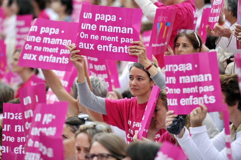 <strong>Mobilisés</strong>. À l'appel de l'association Alliance VITA, plusieurs centaines de personnes se sont rassemblées ce mardi dans les grandes villes de France, comme ici à Marseille, pour dénoncer le projet de loi sur l'homoparentalité et défendrent le «droit des enfants à être élevé par un papa et une maman». La manifestation s'est déroulé en même temps qu''une contre-manifestation des militants et sympathisants de la cause gay. Entre les chants et les slogans, les uns et les autres ont exposé leurs arguments. C'était le but recherché: mettre le débat sur la place publique. Le projet de loi ouvrant le mariage aux homosexuels sera présenté en Conseil des ministres le 31 octobre. Il énonce que «le mariage est contracté par deux personnes de sexe différent ou de même sexe». Et ouvre, de fait, le droit à l'adoption aux couples homosexuels mariés, autorisée pour les couples mariés et les célibataires.