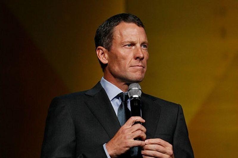 <strong>La déchéance</strong>. Jamais sportif n'a chuté d'aussi haut. Lance Armstrong a officiellement été déchu de ses sept victoires au Tour de France, ce lundi. L'Union cycliste internationale, désireuse de tourner la page des années sombres, a ratifié les sanctions de l'Agence antidopage américaine, qui avait effacé tous les résultats du Texan depuis le 1er août 1998, dont ses sept victoires sur la Grande Boucle entre 1999 et 2005. «Lance Armstrong n'a pas sa place dans le cyclisme, a martelé le président de l'UCI, Pat McQuaid, lors d'une conférence de presse à Genève. Nous sommes allés trop loin dans la lutte antidopage pour revenir en arrière.» L'Américain n'a pas encore réagi à sa suspension à vie et à l'effacement de son palmarès mais il a néanmoins reconnu indirectement le verdict en changeant sa biographie sur Twitter…