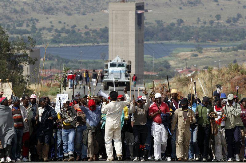 <strong>Massif</strong>. Malgré l'ultimatum du groupe minier sud-africain AngloGold Ashanti, les salariés manifestaient toujours dans les rues Carletonville (sud-ouest de Johannesburg). Le numéro trois mondial de l'or avait menacé de licenciement les 24.000 mineurs qui paralysaient ses six sites depuis un mois s'ils ne cessaient pas leur mouvement avant midi. «Les 12.000 grévistes des trois sites de Carletonville ne s'étant pas présentés à l'heure dite, le processus conduisant à l'envoi de lettres de licenciement a commencé, mais nous continuons à discuter, et nous voulons éviter ça», a indiqué le porte-parole de l'entreprise, Alan Fine. D'autres compagnies minières ont déjà procédé à des licenciements massifs de mineurs grévistes. Anglo American Platinum (Amplats), le plus gros producteur de platine au monde, a licencié 12.000 employés ce mois-ci, et Gold Fields, spécialisé dans l'or, a licencié 8 500 mineurs grévistes mardi.