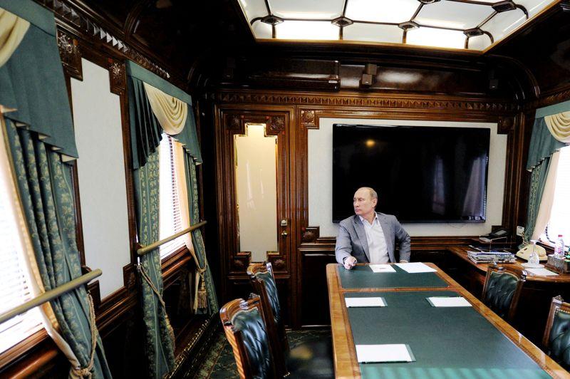 <strong> Les mystère de l'Est</strong>. Les yeux dans le vague, le président russe Vladimir Poutine jette un regard par la fenêtre de son immense wagon à bord d'un train en gare de Moscou. L'homme fort de la Russie semble seul, malgré la présence du photographe Alexey Druzhinin, qui a immortalisé la scène. Hiératique, massif, il rappelle l'amiral Alexandre Vassilievitch Koltchak dans son train blindé chargé d'or, tel que l'a peint le génial auteur de BD italien Hugo Pratt dans son album des aventures de Corto Maltese en Sibérie. Depuis son arrivée au pouvoir en 2001, Vladimir Poutine, qui est revenu au Kremlin en mai après deux mandats présidentiels et un intermède de quatre ans comme Premier ministre, a orchestré avec une extrême minutie le renforcement de son pouvoir politique.