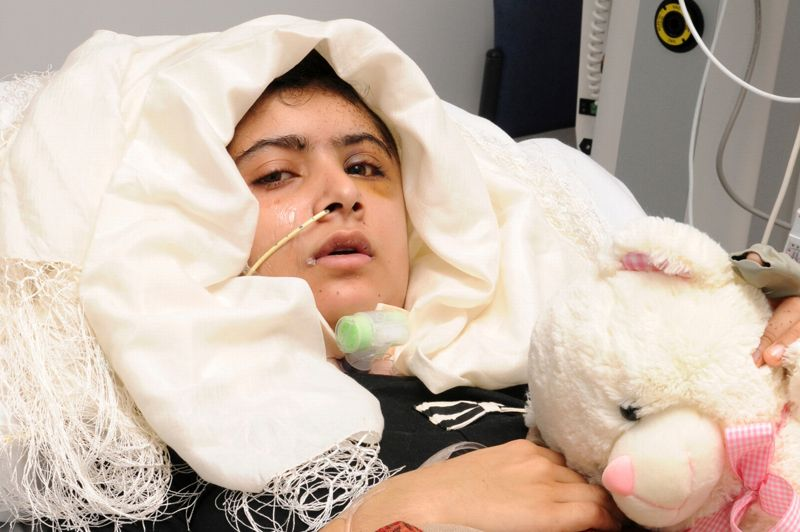 <strong>Rassurant</strong>. Elle va mieux mais n'est pas encore sortie d'affaire. Malala Yousufzai, cette jeune militante Pakistanaise de 14 ans pour les droits des femmes que les talibans avaient tenté d'assassiner le 9 octobre, est désormais consciente. Transportée à l'hôpital de la Reine-Elisabeth de Birmingham (Angleterre) lundi dernier, elle avait été opérée en urgence. Le professeur Dave Rosser, chef de service de l'hôpital anglais et spécialisé dans les soins aux blessés de guerre, a indiqué qu'elle avait été capable de se mettre debout sans aucune aide, d'écrire et de communiquer très librement. Mais «il est clair que Malala n'est pas encore hors de danger» a-t-il dit, mentionnant des «signes d'infection le long du parcours suivi par la balle». Il a même fait parvenir les premières images de Malala éveillée. Les dernières photos d'elle dataient de son transport vers le Royaume-Uni, où elle était inconsciente, sur une civière.