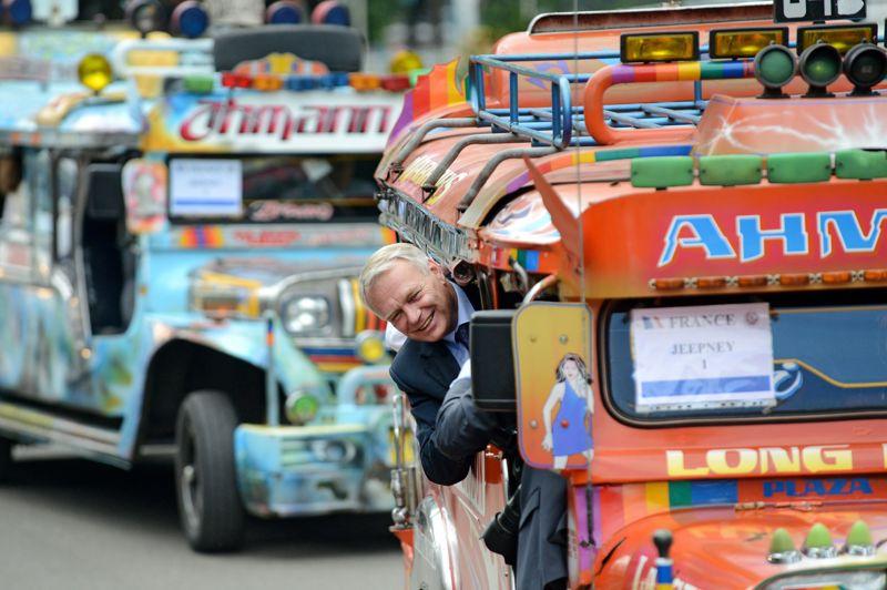 <strong>Heureux!</strong> C'est tout sourire que Jean-Marc Ayrault a terminé dimanche son déplacement de trois jours à Singapour et aux Philippines, axé notamment sur le commerce extérieur français, en déficit chronique. Au cours de cette visite, pendant laquelle il s'est offert un petit trajet en «Jeepney» avant de rejoindre l'église Saint-Nino (province de Cebu), le Premier ministre a déclaré: «Je souhaite que les entreprises françaises, qui sont déjà une centaine à être installées aux Philippines, puissent saisir toutes les opportunités qui se présentent. C'est d'ailleurs l'un des objectifs de ma visite». En marge de la visite, la compagnie Philippines Airlines (PAL) a confirmé samedi l'achat, annoncé en septembre, de dix Airbus gros porteurs A330, pour un prix catalogue de 2,5 milliards de dollars US.