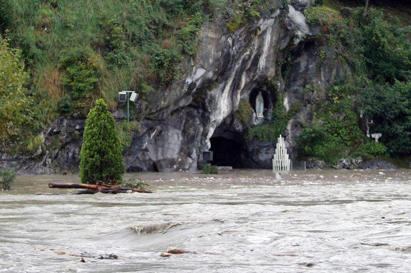 <strong>Submergé</strong>. Initialement prévue mardi soir, la réouverture des Sanctuaires de Lourdes a commencé partiellement lundi matin, mais la Grotte de Massabielle, la principale attraction de ce haut-lieu de pèlerinage catholique, toujours inondée, restera inaccessible jusqu'à mardi soir. Dans les rues de la ville, l'heure est actuellement au grand nettoyage: les habitants ont commencé dès dimanche à nettoyer la boue et les débris divers laissés par les inondations du Gave de Pau qui a atteint samedi, au plus fort de la crue, les 3,50 mètres au-dessus de son niveau habituel. Ces inondations sont un nouveau coup dur pour les Sanctuaires, dont les comptes sont déjà plombés par une baisse des dons et offrandes. En 2011, les comptes laissaient apparaître un déficit d'un million d'euros sur un budget annuel de 30 millions.