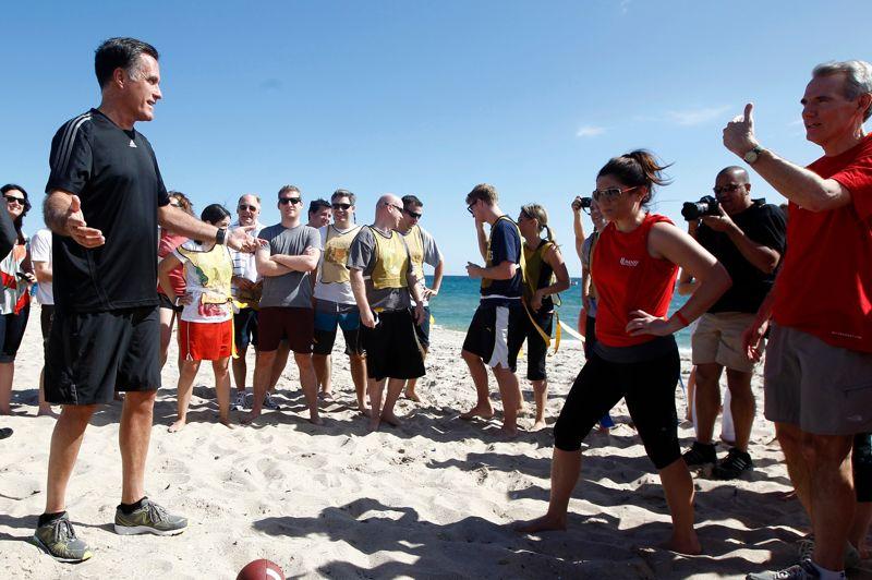 <strong>Ultime débat</strong>. Dimanche 21 octobre, sur une plage de Delray Beach, en Floride. À la veille du dernier débat télévisé, le candidat républicain Mitt Romney s'est accordé une pause détente au cours d'un match de flag football, sorte de football américain, avec son équipe de campagne face à celle des journalistes qui le suivent. Dans quelques heures, Barack Obama et Mitt Romney se retrouveront dans les locaux de l'université de Boca Raton, en Floride, pour leur troisième affrontement du mois consacré à la politique étrangère, un sujet sur lequel le républicain tentera de contrer le bilan du président sortant en lui reprochant la récente attaque de Benghazi en Libye. À 15 jours de l'élection du 6 novembre, les deux candidats à la Maison-Blanche sont au coude à coude et recueillent désormais tous les deux 47% des intentions de vote auprès des électeurs les plus susceptibles de voter (enquête publiée par le Wall Street Journal et la chaîne NBC News dimanche).