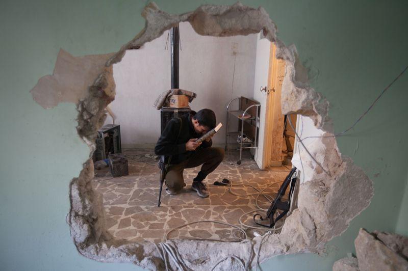 <strong>Incertaine</strong>. Court moment de répit pour cet homme, le visage posé sur le Coran. Dehors, dans les rues d'Alep, les rebelles ont élargi ce jeudi leur emprise sur la deuxième ville du pays où des combats acharnés se déroulent depuis plus de trois mois. Alors, dans ce contexte de violences croissantes, la mise en œuvre de la trêve (qui doit officiellement être accordée par Damas) orchestrée par l'émissaire international Lakhdar Brahimi pour la fête musulmane d'Al-Adha qui commence demain, paraît d'ores et déjà compromise. Pour sa part, la nouvelle commissaire de l'ONU chargée d'enquêter sur les violations des droits de l'Homme en Syrie, Carla del Ponte, a déclaré vouloir identifier les «hauts responsables» des «crimes contre l'humanité et des crimes de guerre», tandis que la Commission attend toujours d'être reçue à Damas.