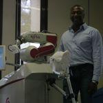 Bertin Nahum et le robot Rosa. Crédits Photo: Medtech