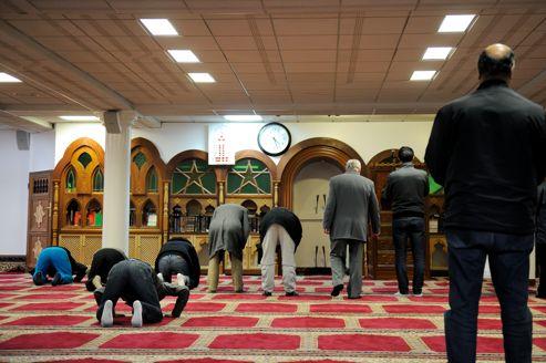 Des fidèles prient dans une mosquée du sud de Lille.
