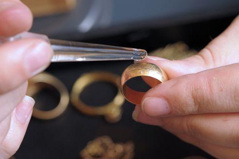 L'Institut national de la consommation réclame un encadrement législatif plus fort du secteur de rachat des bijoux.