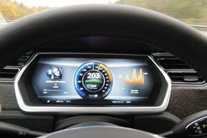 La vitesse de la Tesla est limitée à un peu plus de 200 km/ afin de préserver son autonomie, du moins en Allemagne où il n'y a toujours pas de limitations de vietesse sur une grnde partie du réseau. (DR)