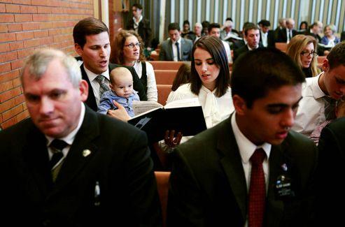 La réunion de la «Sainte Cène» du dimanche. On y chante, on y prie et on y vote à main levée sur tous les choix concernant la paroisse.