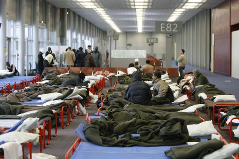 Centre de rétention de clandestins provisoire dans un hall désaffecté de l'aéroport Roissy-Charles-de-Gaulle, en 2008.