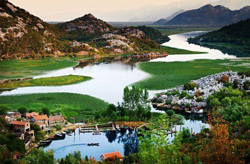Le lac de Skadar, que se partagent le Monténégro et l'Albanie: 44 kilomètres de long et 13 de large. Un paradis pour ornithologues, avec 279 espèces d'oiseaux, dont quelques rares pélicans.
