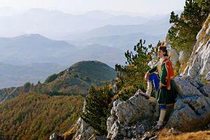 Au sommet du mont Lovcen, qui domine tout l'arrière-pays, un jeune Monténégrin en costume traditionnel. Cette tenue servit d'inspiration à hergé pour  Le Sceptre d'Ottokar .