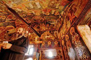 Le haut monastère troglodyte d'Ostrog est un lieu de pèlerinage réputé pour ses guérisons miraculeuses. On y vénère les reliques de saint Basile dans une chapelle du XVIIe siècle.