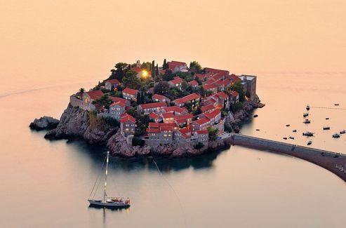 Le village-hôtel de Sveti Stefan, sur la côte adriatique. Le summum du luxe.