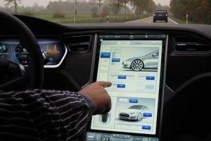 La tablette tactile de 43 cm de diagonale sur laquelle est concentrée, à de rares exceptions, toutes les commandes des systèmes du véhicule se révèle impressionnante. (DR)