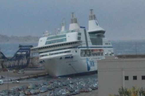 Le navire de la SNCM est désormais retenu à quai. Photo Twitter de @Ceeline_P