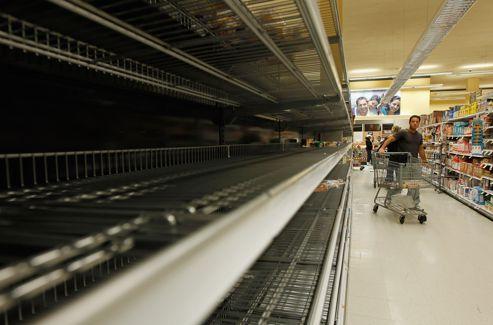 Les rayons des supermarchés ont été dévalisés par les New-yorkais.