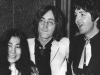 Yoko Ono aux côtés de son mari John Lennon et de Paul McCartney en 1968.
