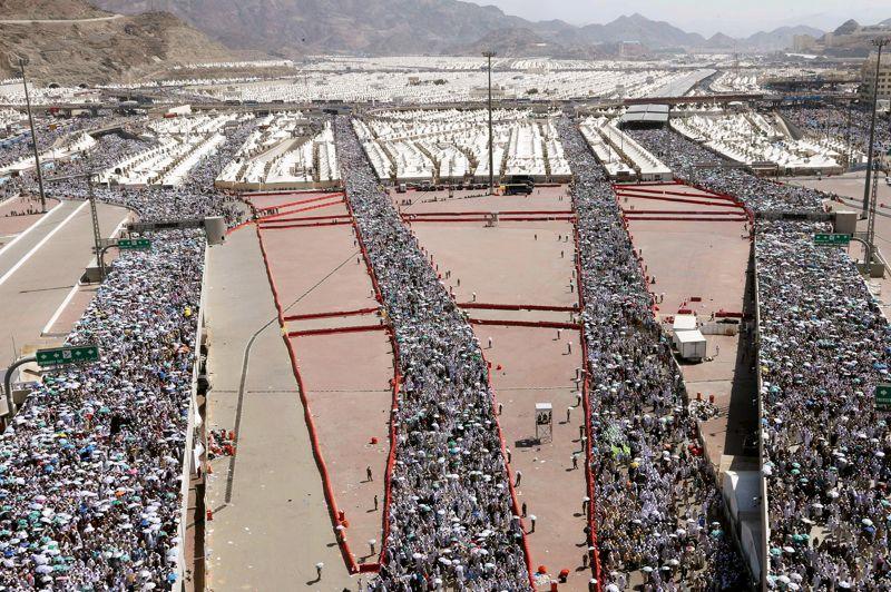 <strong>Embouteillhadj</strong>. En longues files millimétrées et sous haute surveillance, des millions de croyants ont convergé sans incident le long des chemins qui les conduisaient vers le rituel de lapidation des stèles symbolisant Satan dans la vallée de Mina. Un acte majeur du pèlerinage annuel du hadj, à La Mecque, en Arabie saoudite. Selon les autorités saoudiennes, quelque 3,1 millions de musulmans venus du monde entier ont fait le voyage cette année. Pour surveiller le plus grand rassemblement annuel au monde, et l'un des cinq piliers de l'islam que tout fidèle est censé accomplir au moins une fois dans sa vie, s'il en a les moyens, plus de 120.000 policiers et autant d'agents de la défense civile, de la santé et de services divers ont été mobilisés.