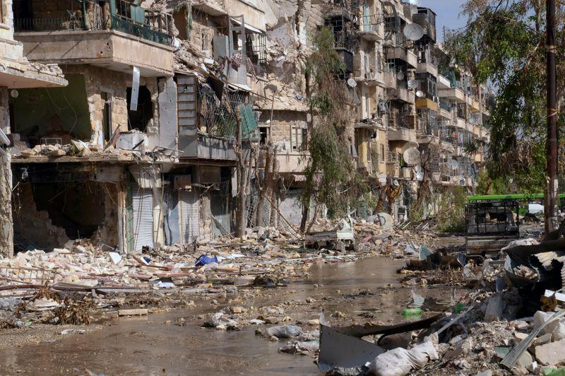 <strong>Dévasté</strong>.Voici tout ce qui reste du quartier de Suleiman al-Halabi, au nord de la ville d'Alep en Syrie. Désormais sous le contrôle de l'armée régulière, cette zone a fait l'objet d'un bombardement systématique. Les violences ont fait plus de 36.000 morts depuis le début de la contestation le 15 mars 2011, dont 25.667 civils, a indiqué l'Observatoire syrien des droits de l'Homme (OSDH) qui considère aussi comme des civils ceux qui ont pris les armes contre les troupes du régime.