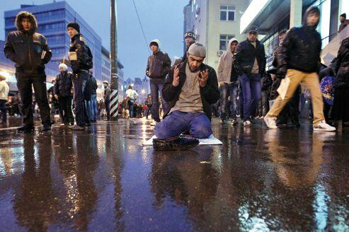 Un musulman s'installe en plein milieu de la rue à Moscou pour prier, vendredi dernier, jour de la fête de l'Aïd.