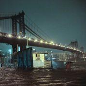 New York en partie inondée et plongée dans le noir
