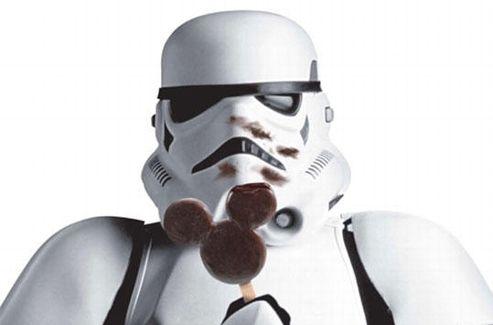 Un stormtrooper de  Star Wars  mange une sucette Mickey au chocolat.