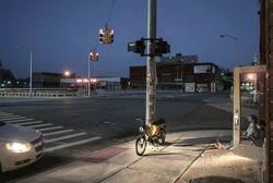 De nuit comme de jour, les rues vides de Detroit accentuent la sensation d'une atmosphère post-apocalyptique qui va parfois jusqu'à l'oppression.